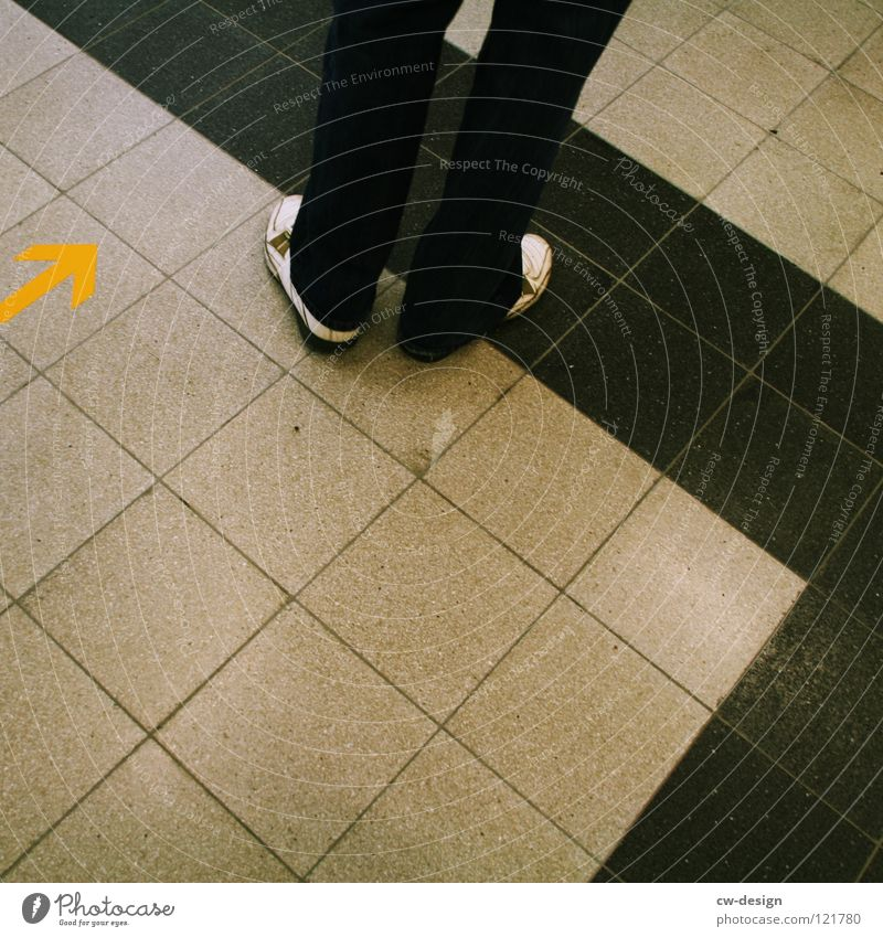 one step backward - two step forward Fuge Muster Streifen Linearität flach Quadrat Mathematik dunkel schwarz weiß Schuhe Hose gelb Richtung Osten Langeweile