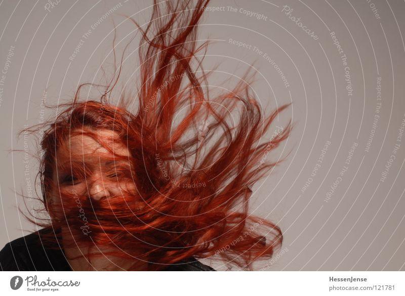Person 16 Frau rot Freude Gesicht grau Haare & Frisuren Wind Nase Hoffnung Dynamik obskur links Gegenwind