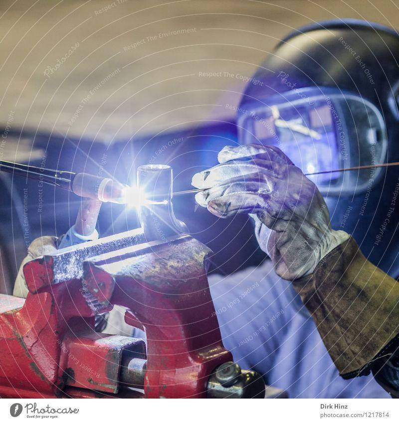 Schweißer I blau rot hell Metall Arbeit & Erwerbstätigkeit Technik & Technologie Industrie Schutz Beruf heiß Handwerk Werkstatt Blitze Unternehmen Werkzeug