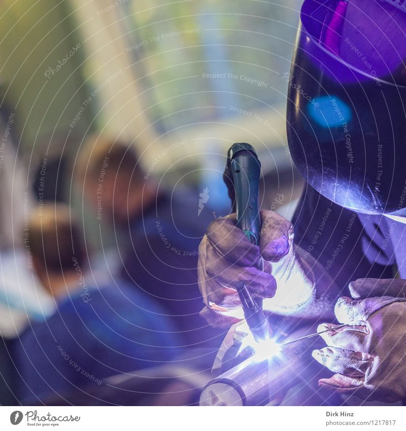 Schweißer II Arbeit & Erwerbstätigkeit Beruf Handwerker Baustelle Wirtschaft Industrie Business Unternehmen Maschine blau violett Schweißermaske hell blitzen