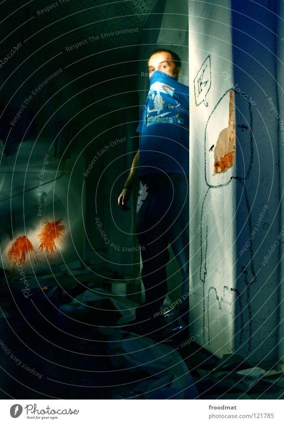 Konged Mann blau grün Farbe Gesicht kalt dunkel Wand Graffiti Kunst Deutschland dreckig T-Shirt Maske gruselig Quadrat