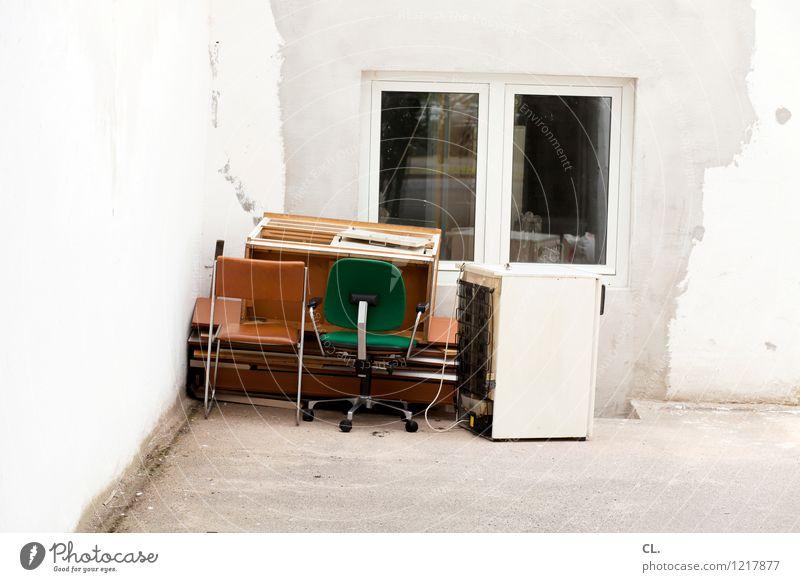 sperrmüll alt Fenster Wand Mauer Stuhl Möbel Verfall Müll