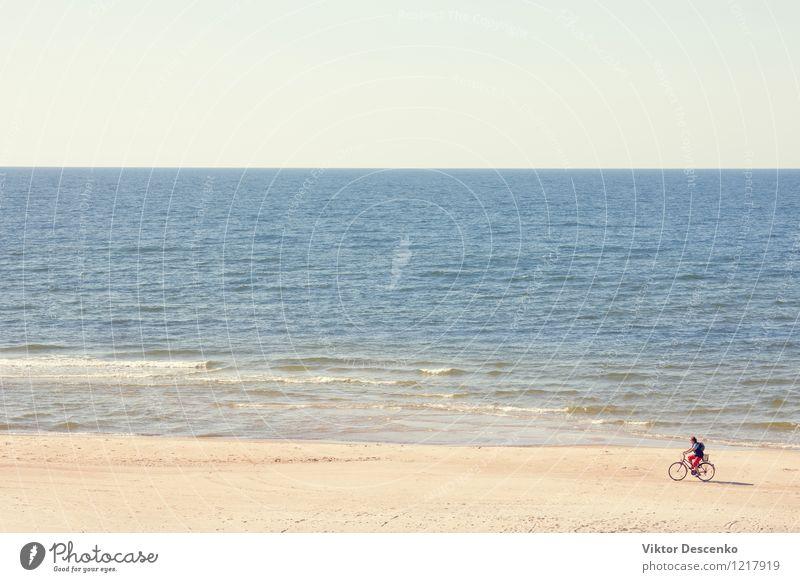Radfahrer fährt entlang der Ostsee des Strandes Lifestyle Ferien & Urlaub & Reisen Sommer Meer Berge u. Gebirge Sport Fahrradfahren Mann Erwachsene Natur Himmel