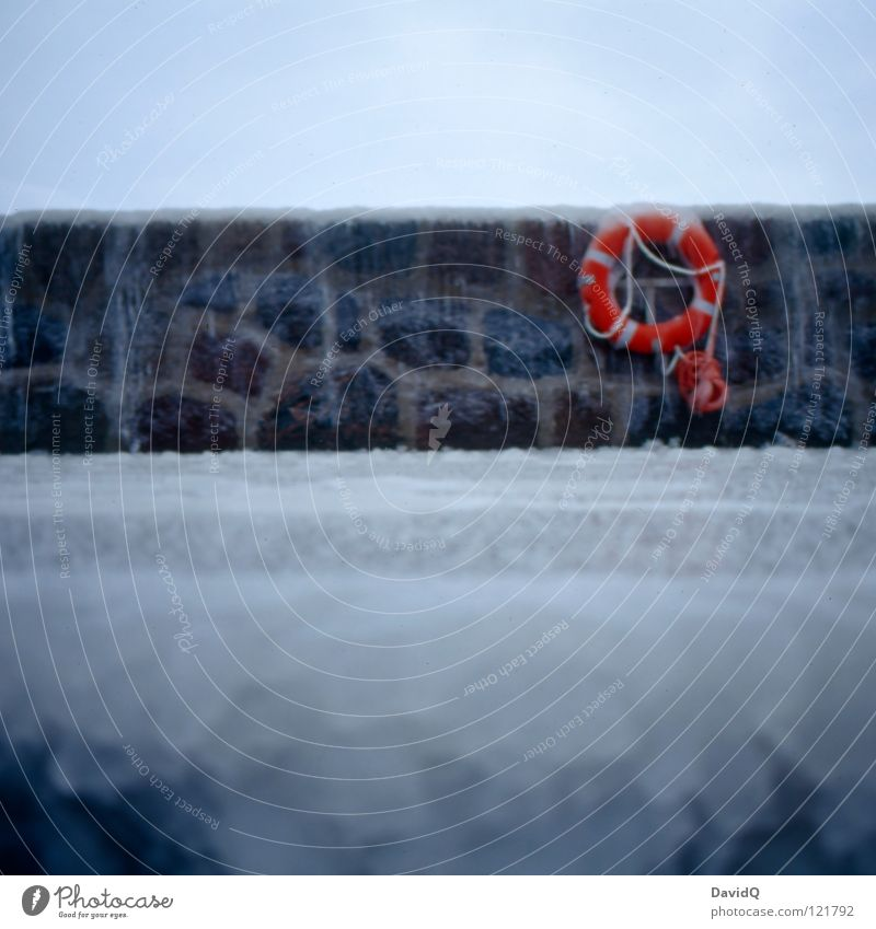 kalte Mole Eiszapfen Eisscholle gefroren frieren Rutschgefahr Meer Wellen Meerwasser Hafen Anlegestelle Küste Strand Brandung spritzen Rettungsring retten Halt