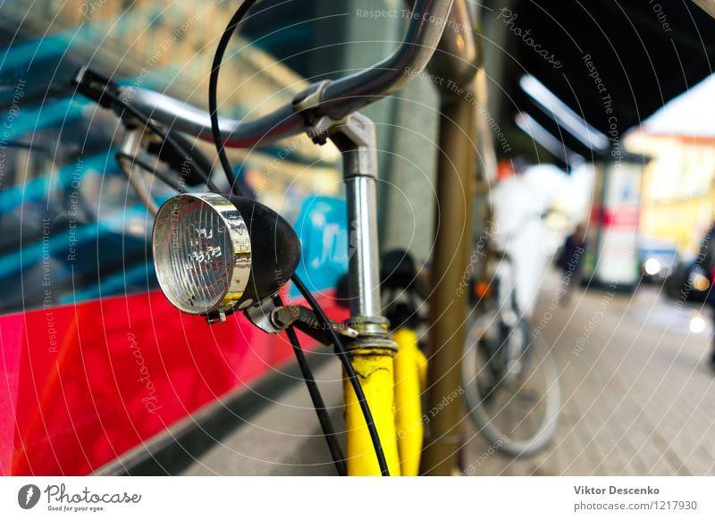 Fahrrad mit einer Stirnlampe steht auf der Straße Ferien & Urlaub & Reisen Stadt alt blau Sommer weiß Sonne rot Stil Kunst Metall Design Verkehr Aussicht Europa