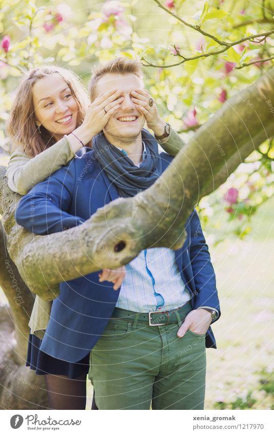Paar, Frühling, Lächeln, Umarmen, Spielen, Flirten Mensch Natur Jugendliche schön Sommer Junge Frau Sonne Baum Junger Mann Freude Umwelt Leben Liebe Lifestyle