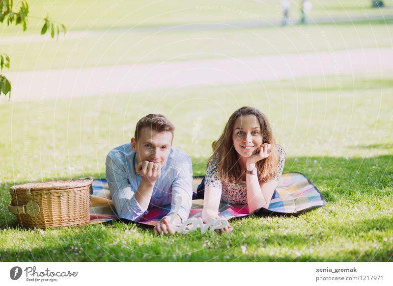 Picknick im Park Mensch Ferien & Urlaub & Reisen Jugendliche Sonne Erholung ruhig Freude 18-30 Jahre Erwachsene Leben Liebe Wiese Feste & Feiern Freiheit