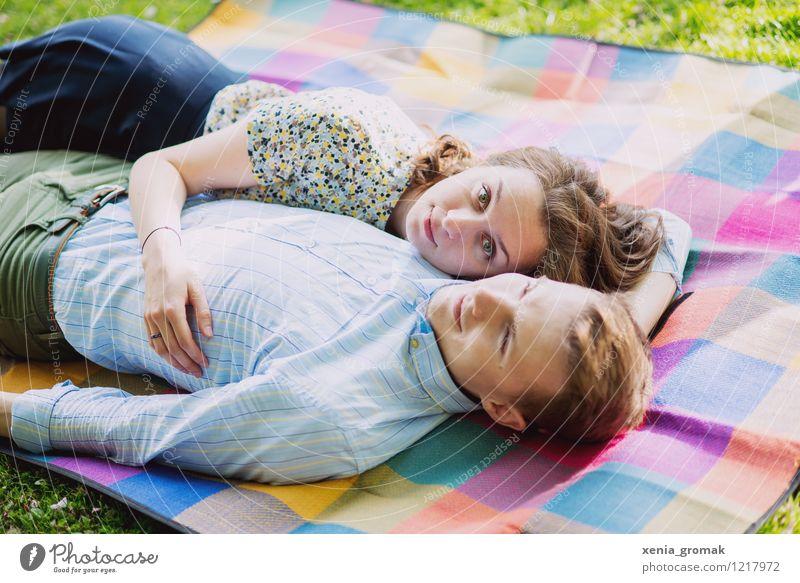 Liebe Mensch Natur Jugendliche schön Junge Frau Junger Mann Umwelt Leben Spielen Glück Familie & Verwandtschaft Lifestyle Paar Zusammensein Freundschaft