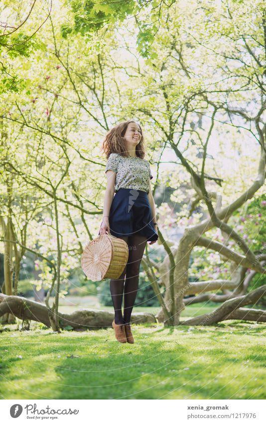 Frau, jung, springen, Picknick, Park, Natur, lange Haare Mensch Jugendliche Junge Frau Gesunde Ernährung Freude Umwelt Leben Liebe feminin Spielen