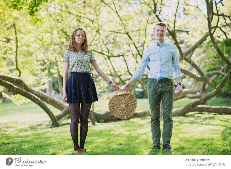 Picknick zu zweit Ferien & Urlaub & Reisen Sommer Erholung Freude Leben Liebe Gefühle Glück Feste & Feiern Lifestyle Paar Zusammensein Freundschaft Park