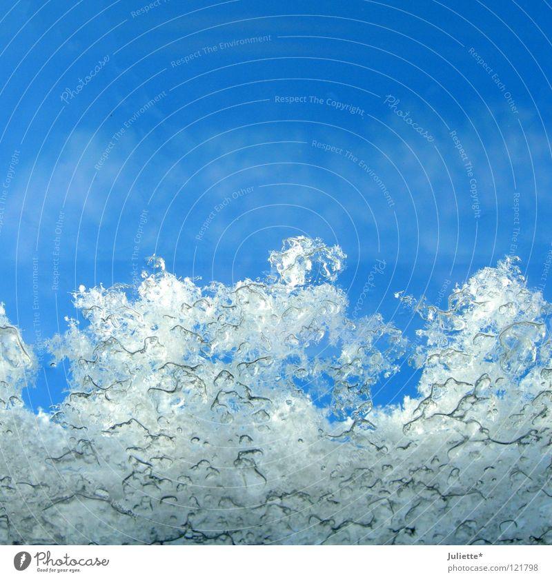 Eiszeit gefroren Fenster kalt weiß Eisblumen Kondenswasser Wolken Himmel Makroaufnahme Nahaufnahme Schnee blau