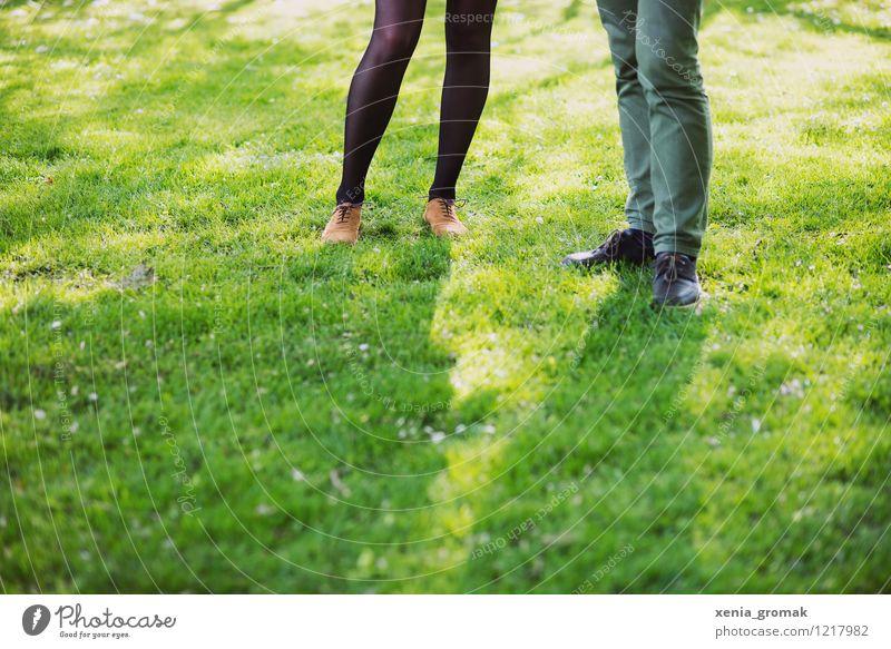 ein Paar Mensch Ferien & Urlaub & Reisen grün Sommer Freude Leben Liebe Gras feminin Spielen Glück Beine Lifestyle Freundschaft maskulin