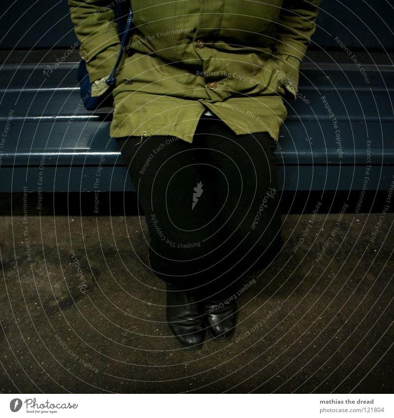 WAIT FOR ME! Frau blau grün schön Einsamkeit dunkel kalt Holz Beine Angst sitzen warten Bodenbelag bedrohlich Bank Jacke