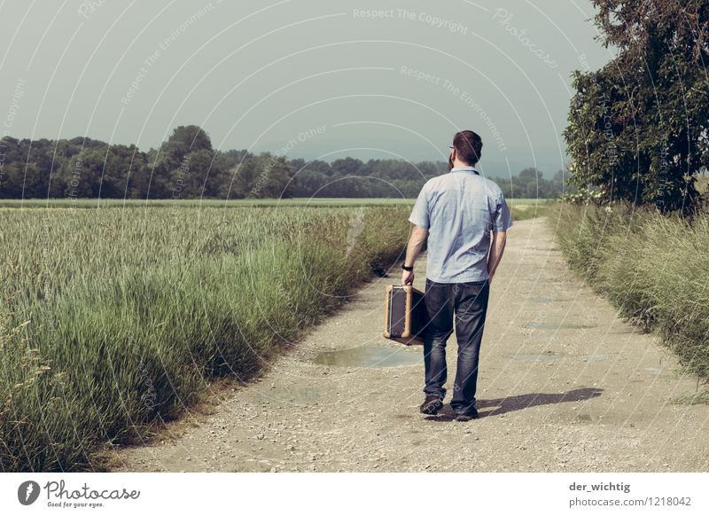 leaving home 1 Mensch Himmel Natur Ferien & Urlaub & Reisen Mann blau grün Sommer Sonne Baum Landschaft Erwachsene Wege & Pfade gehen maskulin Feld