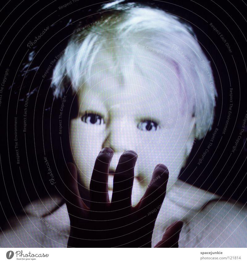 Touchscreen (2) Hand Finger berühren Bildschirm Fernseher Spielzeug bedrohlich beängstigend blond Chucky gruselig Horrorfilm böse süß niedlich Freude Gefühle