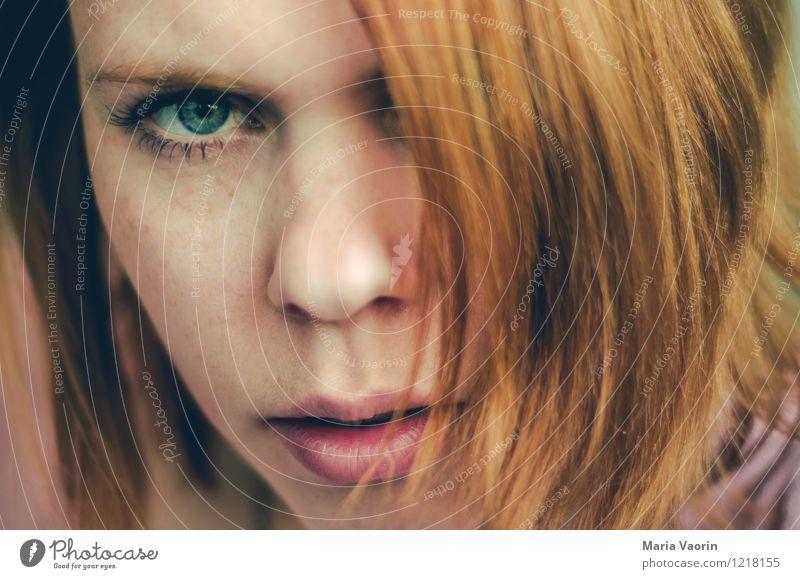 der böse Blick Mensch Jugendliche Junge Frau 18-30 Jahre Erwachsene feminin Kraft bedrohlich Coolness nah Wut Mut langhaarig Aggression rothaarig