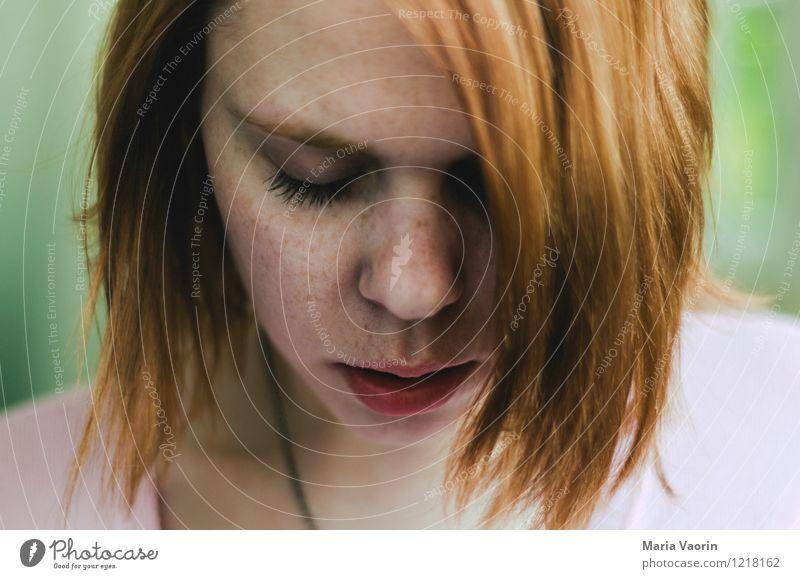 freckles Mensch Jugendliche schön Junge Frau Einsamkeit Erotik ruhig 18-30 Jahre Erwachsene Traurigkeit natürlich feminin träumen authentisch geheimnisvoll