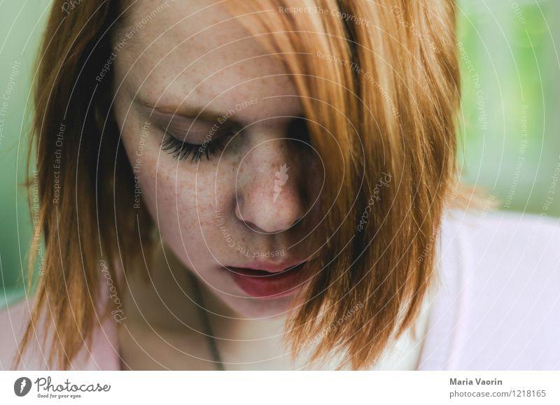 freckles 2 Mensch Jugendliche schön Junge Frau Einsamkeit Erotik ruhig 18-30 Jahre Erwachsene Traurigkeit natürlich feminin träumen authentisch geheimnisvoll