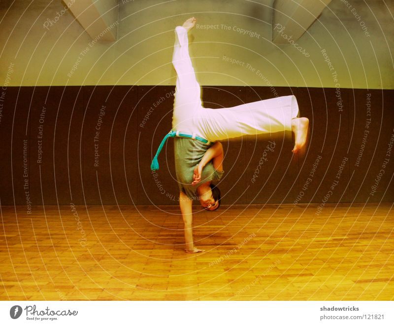 Balance Zufriedenheit Schwerkraft Akrobatik Frau Schulsport Handstand Radschlagen Erholung ruhig Capoeira Brasilien Mensch Sport Turnen urnhalle Relaxing