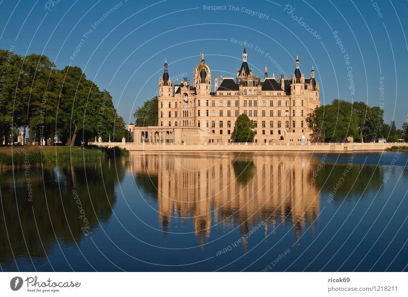 Schloß blau grün Baum ruhig Architektur Gebäude See Idylle historisch Burg oder Schloss Hauptstadt Wahrzeichen Sehenswürdigkeit Mecklenburg-Vorpommern Regierungssitz Schwerin