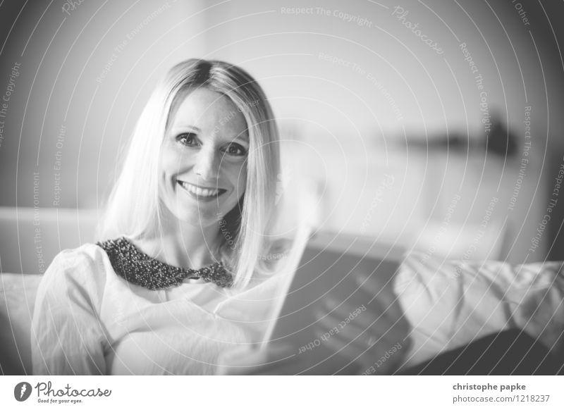 couchsurfing Mensch Frau Jugendliche Junge Frau Gesicht Erwachsene feminin Lifestyle Wohnung Zufriedenheit Freizeit & Hobby Häusliches Leben Fröhlichkeit Technik & Technologie Computer Lächeln