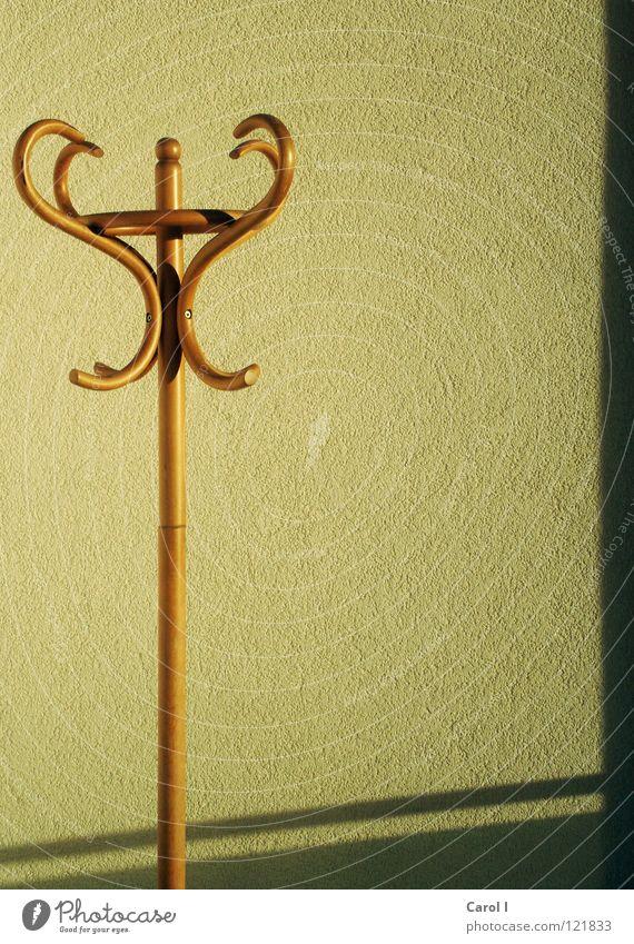 nackter Kleiderständer II gelb Wand Holz Kunst hoch Bekleidung Streifen Kultur Schönes Wetter ohne Wäsche links Schraube Nagel Schlafzimmer gekrümmt