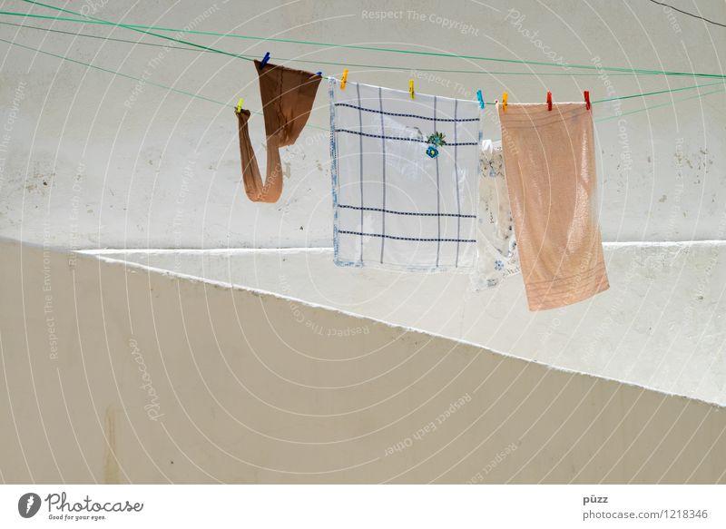 Waschtag Häusliches Leben Wohnung Dorf Menschenleer Haus Mauer Wand Fassade Bekleidung Strumpfhose Stein nass trocken braun weiß Wäsche waschen Wäscheleine