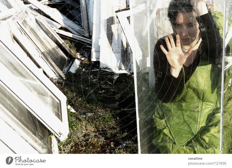Gefangen im Selbst Fenster weiß grün Aquarium Gesichtsausdruck Gefühle Verzweiflung Frau eng Trauer Angst Stimmung Selbstzweifel gefangen Zweifel Elektrizität