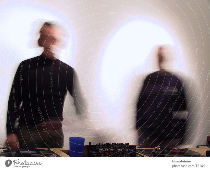 DJs in motion Bewegung Radio Diskjockey Becher Musikmischpult Plattenspieler Rundfunksendung