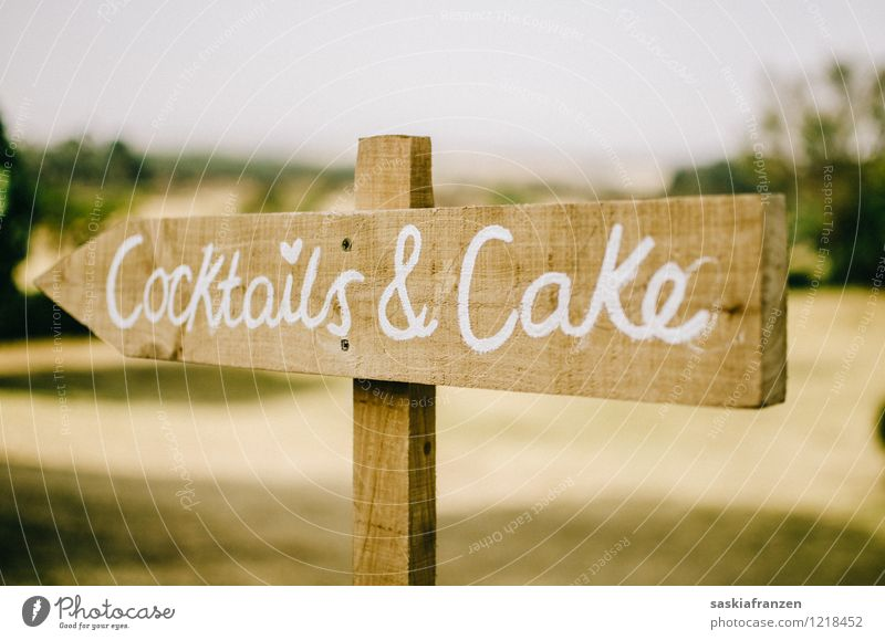Follow me. Holz Feste & Feiern modern Schilder & Markierungen Ernährung Getränk Hinweisschild niedlich Zeichen Hochzeit Süßwaren trendy Kuchen Alkohol Cocktail
