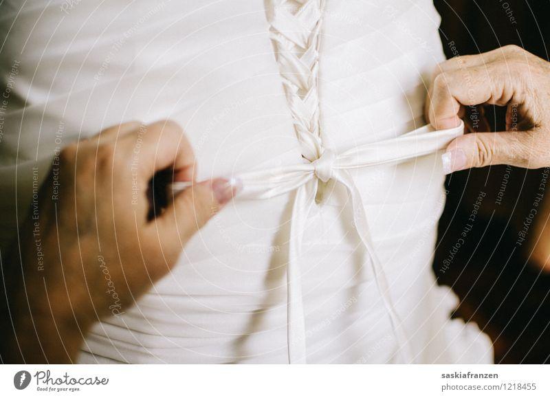Tie the knot. elegant Stil Feste & Feiern Hochzeit Hand Mode Bekleidung Kleid Hilfsbereitschaft Zusammenhalt Brautkleid Knoten Schleife Farbfoto Innenaufnahme