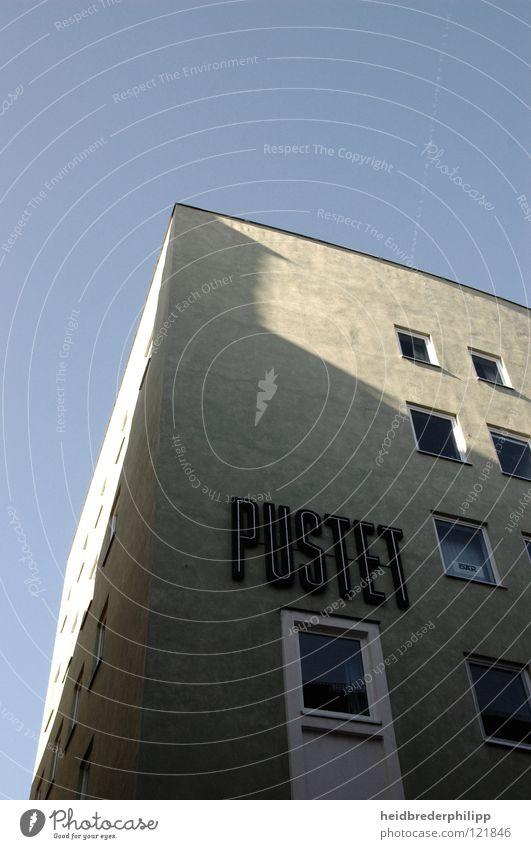 PUSTET Himmel blau Haus Fenster grau Gebäude minimalistisch Bayern Regensburg