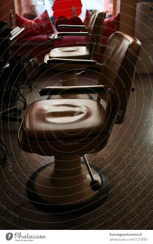 Eingesessen alt Holz Haare & Frisuren Arbeit & Erwerbstätigkeit rosa Bodenbelag retro Stuhl Hinterteil Locken Möbel Wohnzimmer Friseur Glätte Leder Arbeitsplatz