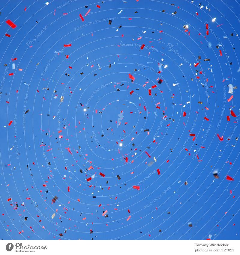 Konfettiregen Himmel blau rot Freude Party Jubiläum Regen Feste & Feiern lustig glänzend Geburtstag Papier Fröhlichkeit Silvester u. Neujahr Dekoration & Verzierung Karneval