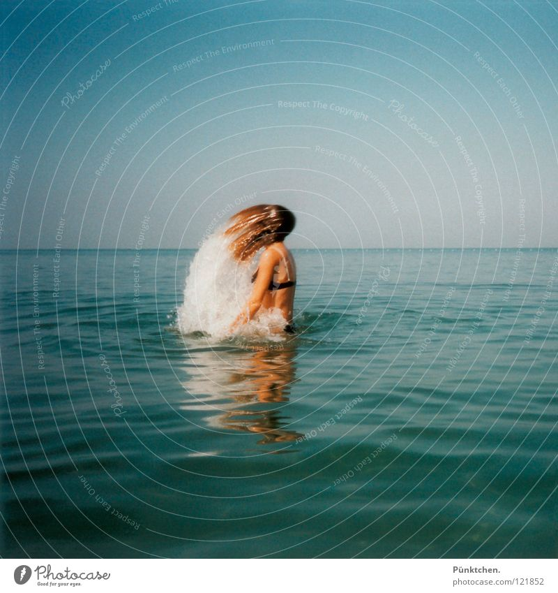 Nixe im Bikini Frau Wasser Himmel Meer blau Sommer Freude Strand Ferien & Urlaub & Reisen Erholung Wellen nass Wassertropfen Horizont Europa tauchen