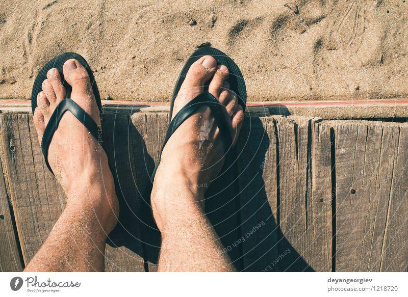 Fuß in Riemen Ferien & Urlaub & Reisen Mann blau Sommer weiß Erholung Meer rot Freude Strand Erwachsene Sand Freizeit & Hobby Wellen Schuhe