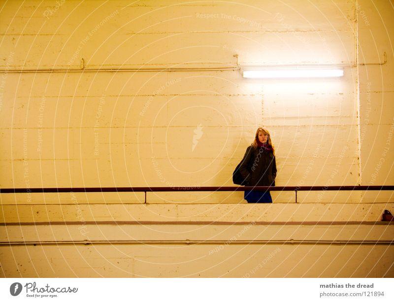 ... schreiten gehen Frau Tasche blond lang schön Wand hart kalt bewegungslos Silhouette gelb Lampe Leuchtstoffröhre Kunstlicht Stab Eisen Eisenstangen Fuge Raum