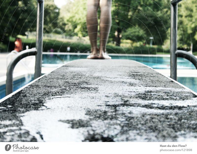 Regina Mann springen Sprungbrett Sommer Wolken schwarz weiß heiß Wellen Rückwärtssalto Salto Schwimmbad Physik Ferien & Urlaub & Reisen Freizeit & Hobby