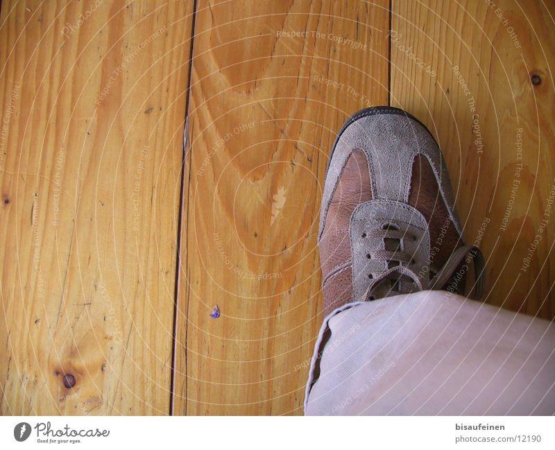 on Board Schuhe Holz Mensch Fuß Holzbrett Maserung Beine Bodenbelag schreiten
