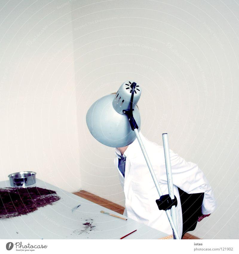 . Mann Lampe Arbeit & Erwerbstätigkeit Büro Business Kunst Tisch Wissenschaften geheimnisvoll Dinge verstecken Bekleidung anonym Labor forschen Konzepte & Themen