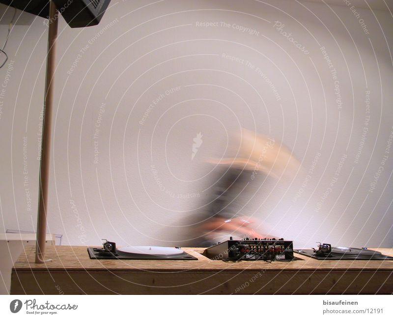 Platten wechseln... Diskjockey Arbeitsplatz Radio Bewegung Musikmischpult Plattenspieler Dynamik Farbfoto Innenaufnahme Textfreiraum oben Bewegungsunschärfe