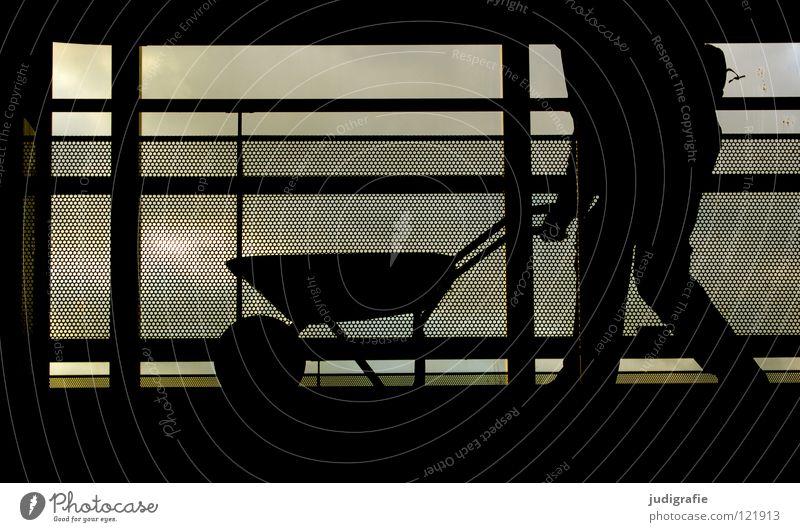 700 | Eine Schubkarre voller Bilder Arbeiter Mann Arbeit & Erwerbstätigkeit Baustelle Zaun Barriere fahren Silhouette dunkel schwarz Gegenlicht Raster Handwerk