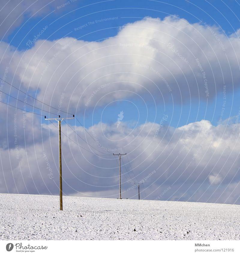 Schnee von gestern Wolken Winter Elektrizität Strommast Hochspannungsleitung weiß azurblau himmelblau Feld Watte Himmel hell Spaziergang Energiewirtschaft