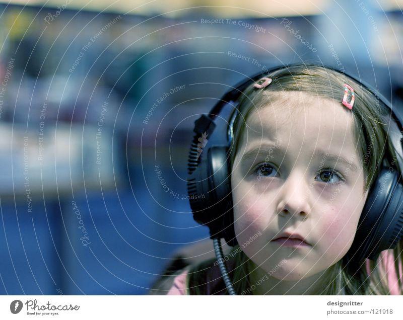 Märchenwelt Kind Mädchen Kopfhörer Hörspiel Klang HiFi hören Gehörsinn laut Lautstärke ruhig Rückzug Konzentration Information akustisch privat Privatsphäre