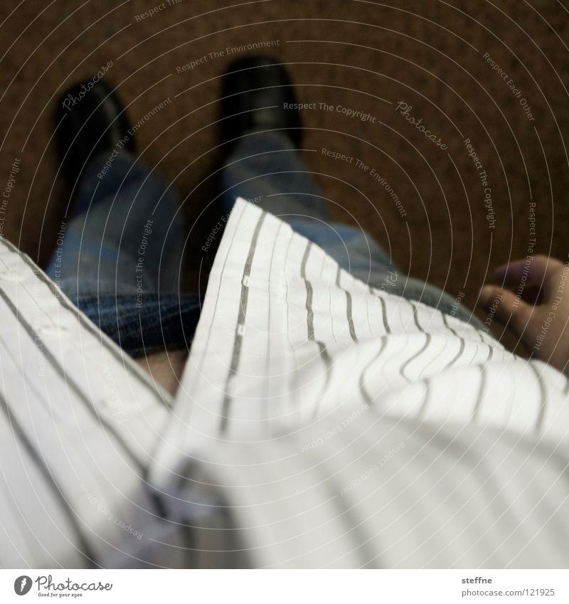 Von oben herab schauen Hemd Hose Schuhe Teppich Hand Mann Blick nach unten Hochmut Streifen Muster Egoperspektive Langeweile Bekleidung Jeanshose Bodenbelag