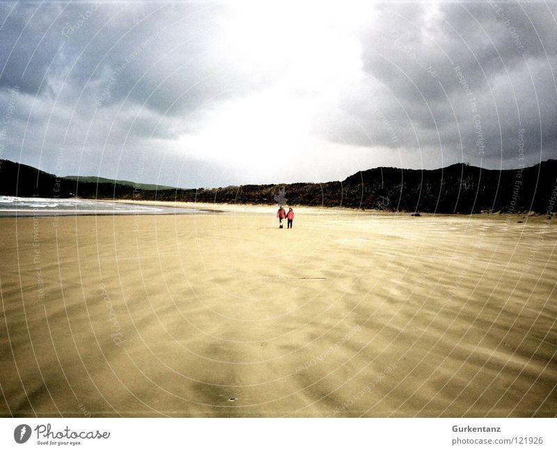 Strandwandern Neuseeland Herbst Südinsel Einsamkeit ruhig Küste Meer Erde Sand Himmel Kontrast Insel 2 personen Ferne strandwanderung strandwandern