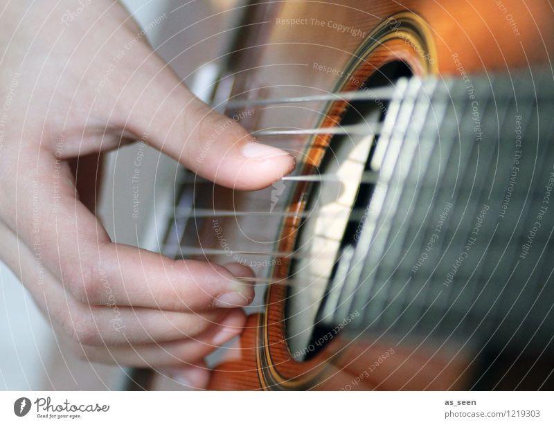 Gitarrenspiel Hand Freude Wärme Gefühle Holz braun Kunst Zufriedenheit Musik authentisch Kreativität Lebensfreude Finger Jugendkultur Show Veranstaltung