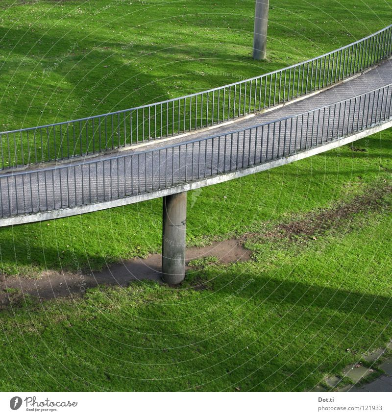 ins Grüne rasen grün Wiese oben grau Gras Park Beton Brücke Bauwerk Geländer Säule aufwärts Spirale Rennbahn Rausch abwärts