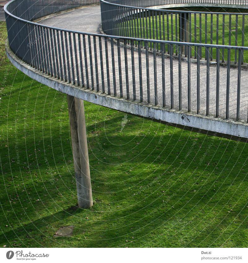 Abfahrtslauf der Damen grün Wiese oben Gras grau Wege & Pfade Park Beton Brücke rund Bauwerk Verkehrswege Kurve aufwärts Geländer Konstruktion