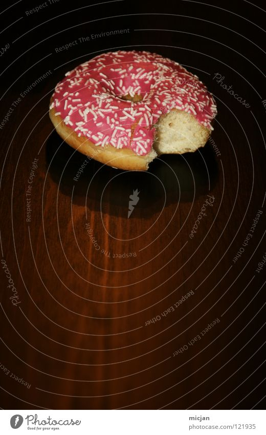 Yammi weiß Farbe schwarz Holz Regen rosa Lebensmittel Ernährung Tisch süß Gastronomie Appetit & Hunger Süßwaren lecker Kuchen Loch